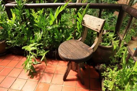 Schommelstoel Op Balkon : Houten schommelstoel geïsoleerd op wit royalty vrije foto