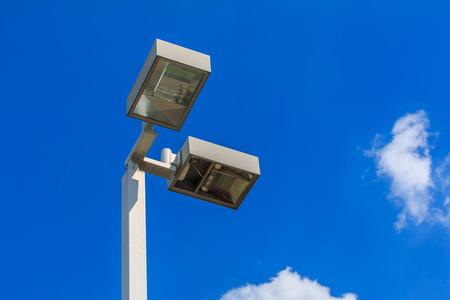 white light: farola con el cielo azul. Foto de archivo
