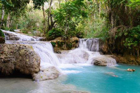 Cascada Kouangxi en Luangprabang en Laos. Foto de archivo