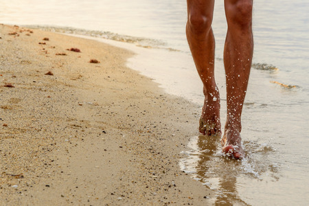Barefoot running on beach. Standard-Bild