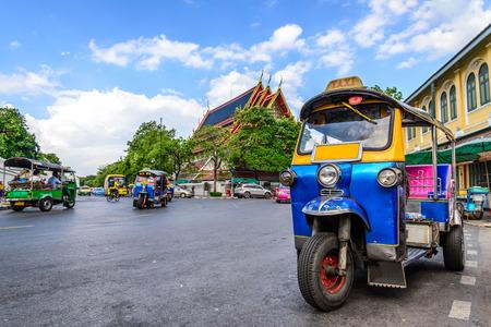 Azul Tuk Tuk, taxi tradicional tailandés en Bangkok, Tailandia. Foto de archivo - 43015349