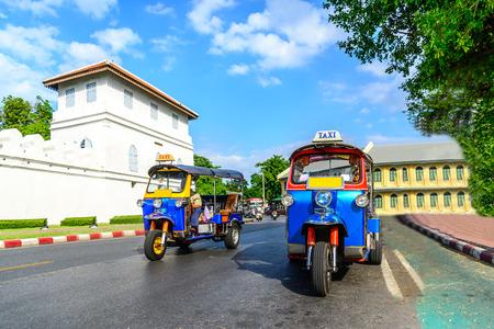 cab: Azul Tuk Tuk, taxi tradicional tailand�s en Bangkok, Tailandia.