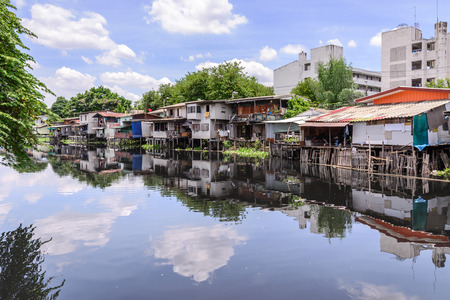Urban ghetto house village canal side in Bangkok Thailand. Stock fotó - 43979421