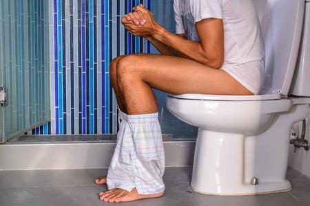 Constipated Mann Stuhlgang in eigenem WC. Standard-Bild - 44640895