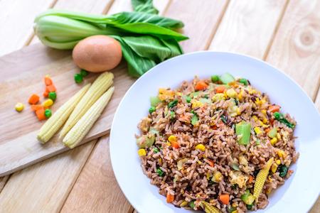 arroz: arroz frito con huevos y verduras en el plato blanco.