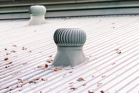 metales: Sistema de ventilación en el techo de la fábrica.
