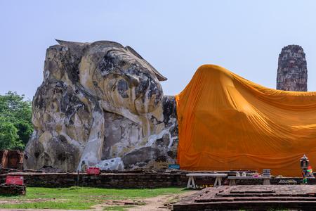 phra nakhon si ayutthaya: Reclining buddha at Wat Lokkayasutharam in Phra Nakhon Si Ayutthaya, Thailand.