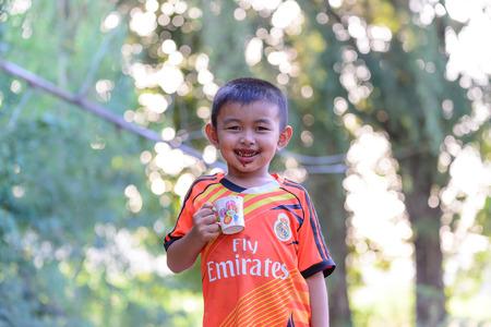 dientes sucios: KANCHANABURI, THAILAND - 2015 December 02: Unidentified Thai boy who dirty mouth from chocolate drinking. Editorial