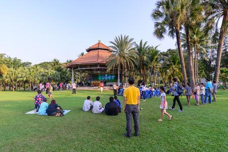 orquesta: BANGKOK, Tailandia - 06 de marzo de 2016: Mucha gente se relaja con el concierto de orquesta tailandesa estilo al aire libre en el parque urbano en los d�as de fin de semana en Bangkok, Tailandia.