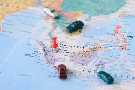 シンガポール市、小型車のマップ上に固定されています。 写真素材