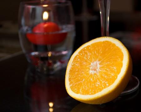 diner aux chandelles: Close-up de l'orange � un d�ner romantique, lumi�re de bougie