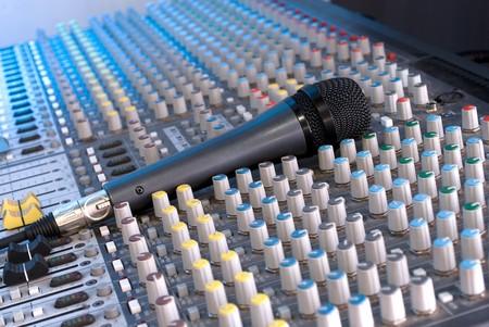 Estudio micr�fono y consola de mezclas Foto de archivo - 4486040