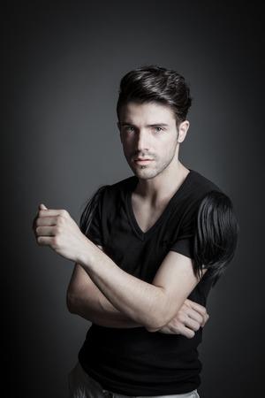 male fashion model: atractivo modelo de moda masculina en el estudio 01