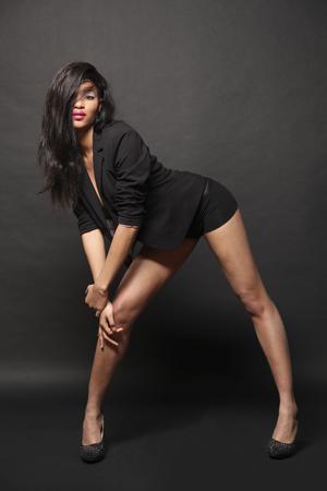 Hermosa chica bailarina posando en estudio Foto de archivo - 75678279