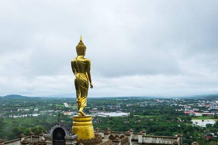Statue de Bouddha d'or en position debout au Wat Phra That Khao Noi dans la province de Nan, Thaïlande. Banque d'images