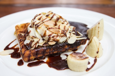 waffles: Waffle con salsa de chocolate de almendras primer plano