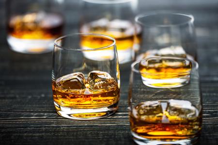 whisky met ijs op een zwarte houten achtergrond, selectieve aandacht