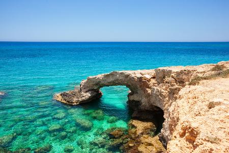 paesaggio marino tropicale Cipro, Ponte degli Innamorati Archivio Fotografico