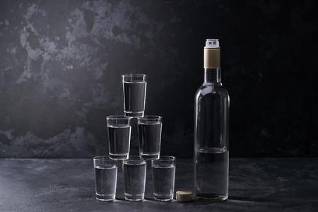 Wodkagläser Pyramidenturm auf schwarzem Hintergrund, selektiver Fokus