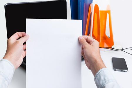 Herr in seiner Hand eine Model-Release Dokument zur Unterschrift zu halten.