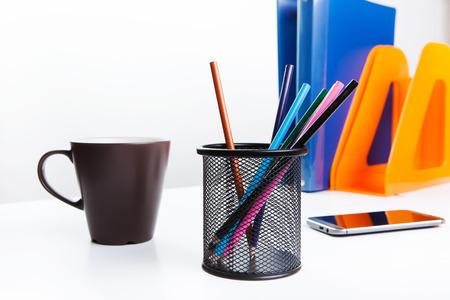 ? Encil Tasse auf dem Tisch, sowie Zubehör Briefpapier.