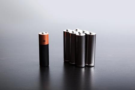 Die Batterien auf einem schwarzen Hintergrund, eine unabhängige Energiequelle. Lizenzfreie Bilder