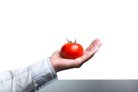 Ein Mann, eine Tomate, vegetarische Kost zu halten. Lizenzfreie Bilder