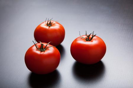 Drei rote reife Tomaten auf den Tisch. Lizenzfreie Bilder