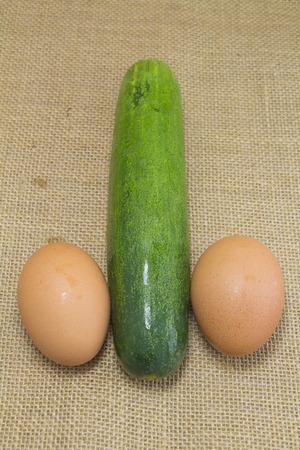pene: pepino y huevo parecen pene en el saco Foto de archivo