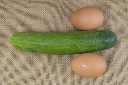 Pene: cetriolo e uova assomigliano pene sul sacco Archivio Fotografico