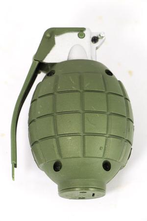 lanzamiento de bala: Granadas de mano aislado en blanco con trazado de recorte