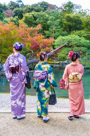niñas chinas: mujeres en vestido de kimono en Kyoto, Japón