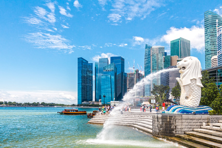 15 SINGAPUR-Aug, 2016: Der Brunnen Merlion in Singapur. Merlion ist eine imaginäre Kreatur mit dem Kopf eines Löwen, als Symbol von Singapur gesehen