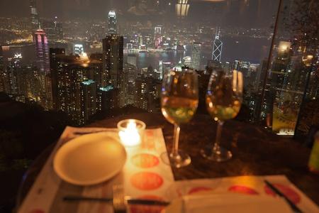 diner aux chandelles: Vue de restaurant sur le pic � la nuit. Hong Kong.