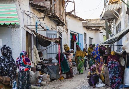daily routine: HARAR, Etiop�a - 24 de diciembre 2013 La gente no identificada de la antigua ciudad amurallada de Jugol en sus actividades diarias de rutina que casi sin cambios en m�s de cuatrocientos a�os