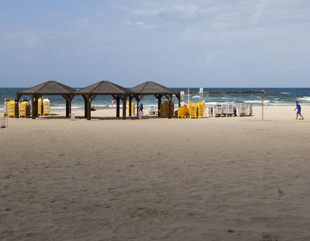 yaffo: TEM AVIV, ISRAEL - 19 de octubre, 2014: Geula Beach. A pesar de clima caliente, octubre en Israel considera una temporada de hombro, por lo que las playas no est�n llenas demasiado.