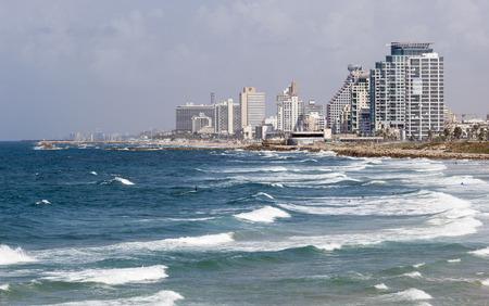 yaffo: TEL AVIV, Israel - 19 de octubre 2014: Horizonte, playas y mar Mediterr�neo de surf en el sur de Tel Aviv.