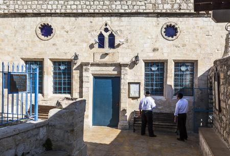 shabat: Tzfat Safed, Israel - 24 de octubre, 2014: Ashkenazi sinagoga antes de Shabat. Tzfat Safed es el centro espiritual y art�stica de Israel. Editorial