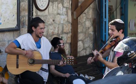 shabat: Tzfat Safed, Israel - 24 de octubre, 2014: Pre Shabat celebraci�n en una de las calles. Tzfat Safed es el centro espiritual y art�stica de Israel. Editorial