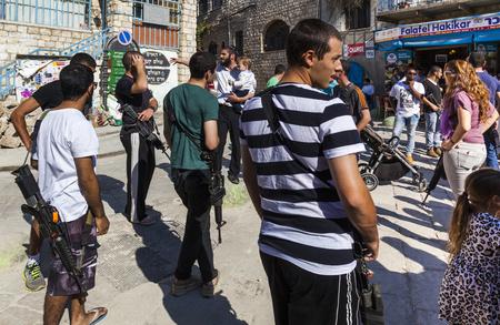 shabat: Tzfat Safed, Israel - 24 de octubre, 2014: personal del Ej�rcito de volver a casa para Shabat celebraci�n. Tzfat Safed es el centro espiritual y art�stica de Israel.
