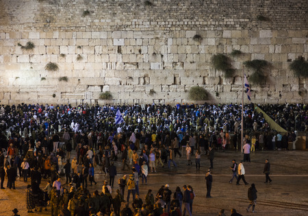 sabbat: JRUSALEM CIUDAD VIEJA, ISRAEL - 31 de octubre de 2014: celebraci�n Shabat en Kotel Muro Occidental. Normalmente es mucho m�s personas la noche del viernes que cualquier otro momento de la semana.