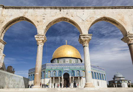 temple mount: JERUSALEM OLD TOWN, ISRAEL - NOVEMBER 2, 2014:  Unidentified tourists and pilgrims near Dome on the Rock on Temple Mount.