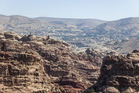 sacrificio: Vista desde alto lugar del sacrificio hacia Umm Sayhun. Petra. Jordán. Foto de archivo
