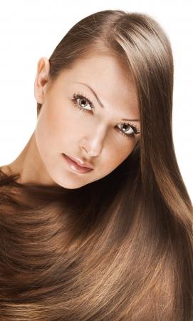 closeup portrait d'une belle jeune femme avec les cheveux longs élégant, brillant coiffure, isolé sur fond blanc