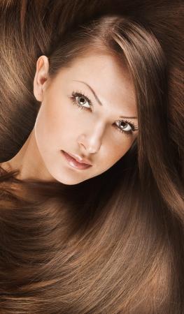 Closeup ritratto di una bella giovane donna con elegante lunghi lucidi capelli, acconciatura, isolato su sfondo bianco Archivio Fotografico