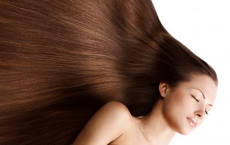 Long hair: chân dung chụp gần của một người phụ nữ trẻ xinh đẹp với mái tóc sáng bóng dài thanh lịch, kiểu tóc, cô lập trên nền trắng