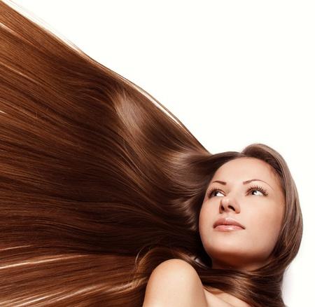 close-up portret van een mooie jonge vrouw met een elegante lang glanzend haar, kapsel, geïsoleerd op witte achtergrond