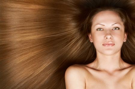 人間の髪の毛: エレガントな長い光沢のある髪、概念の髪型と美しい若い女性のクローズ アップの肖像画 写真素材