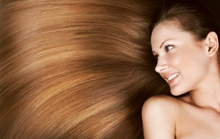 capelli lunghi: Closeup ritratto di una bella giovane donna con elegante lunghi lucidi capelli, acconciatura concetto Archivio Fotografico