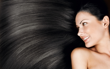 우아한 긴 빛나는 머리, 개념의 헤어 스타일을 가진 아름 다운 젊은 여자의 근접 촬영 초상화